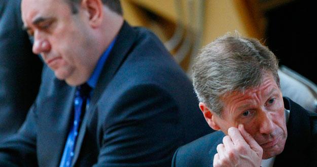 El ministro de Justicia escocés, Kenny MacAkill, a la izquierda durante su comparecencia en el parlamento regional.