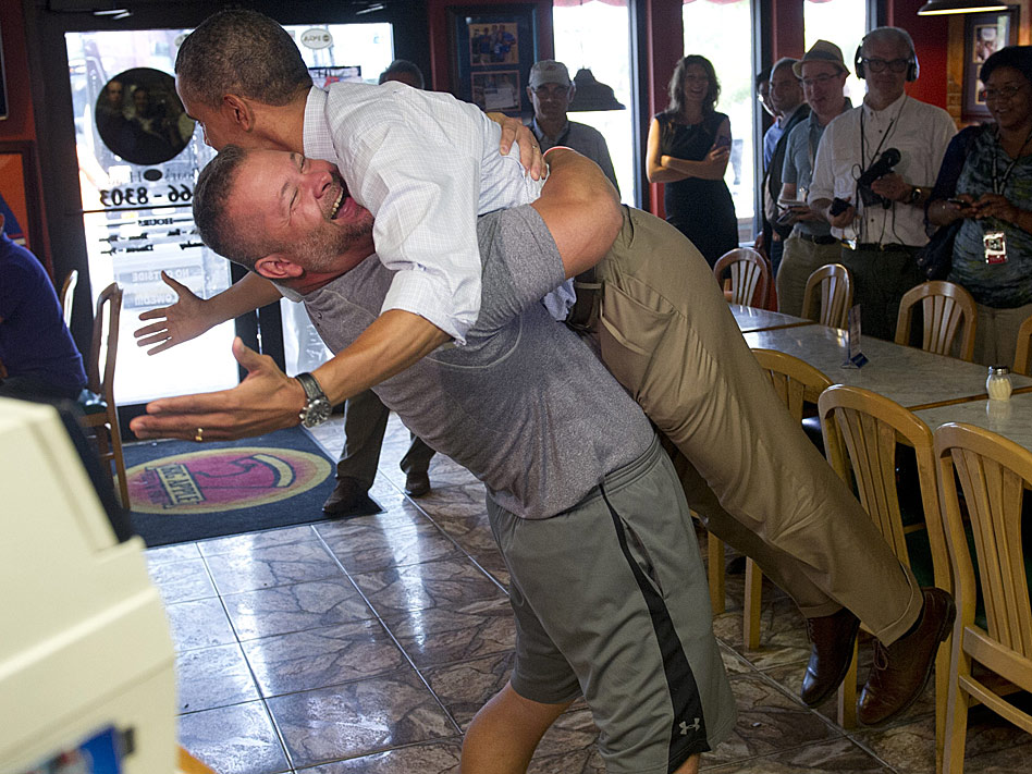 Scott Van Duzer, el propietario de un pequeño restaurante italiano, se convirtió en protagonista de la campaña de Obama para la reelección al coger en brazos al presidente, que visitó la pizzería que regenta en Tampa.