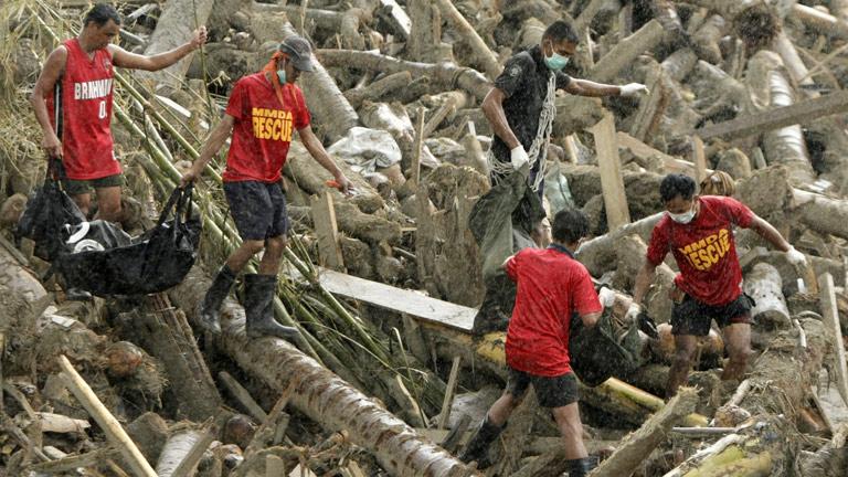 Se eleva a más de 400 el número de muertos por el tifón 'Bopha'