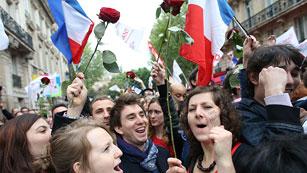 Ver vídeo  'Los seguidores de Hollande celebran la victoria en la sede socialista'