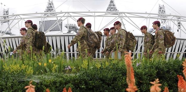 Soldados británicos pasan junto al estadio Olímpico de Londres, Inglaterra