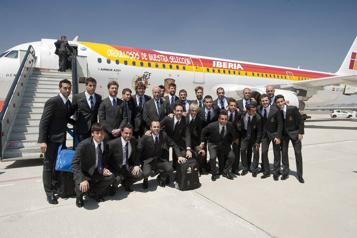 La selección española posa ante el avión que le ha llevado a Polonia