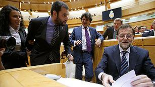 Ver vídeo  'Un senador regala un casco a Rajoy para que se implique en la crisis minera'