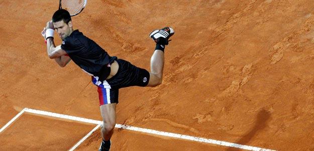 El serbio Novak Djokovic devuelve una pelota al suizo Roger Federer