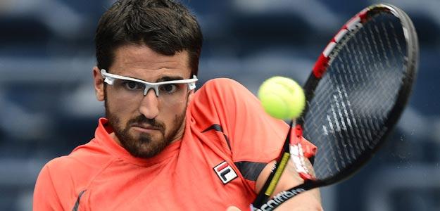 El serbio Tipsarevic devuelve la bola al alemán Kohlschreiber en el US Open