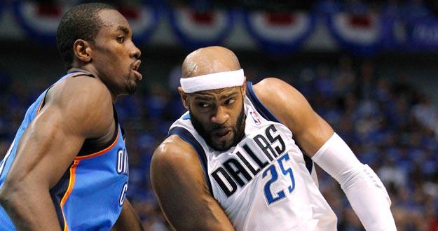 Serge Ibaka, de los Thunder, intenta frenar el juego en manos de Vince Carter, de los Mavericks.