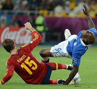 Sergio Ramos arrebata el balón al italiano Balotelli en la final de la Eurocopa 2012