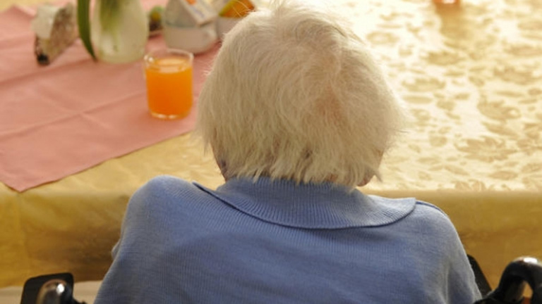 Persona mayor de espaldas