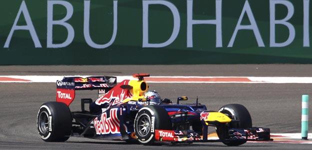 El piloto alemán de Fórmula 1 Sebastian Vettel, de Red Bull, participa en la primera sesión de entrenamientos libres para el Gran Premio de Abu Dabi