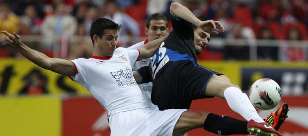 El delantero del Sevilla Manu del Moral (i) pelea un balón con el del Rayo Vallecano Andrija Delibasic.