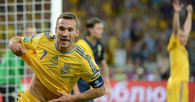 Shevchenko, delantero de Ucrania, celebra su segundo gol ante Suecia