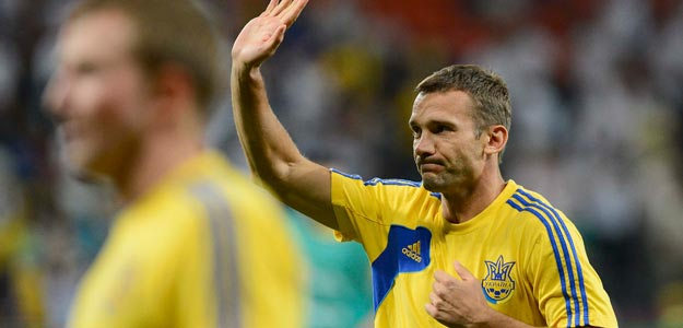 Shevchenko saluda a un grupo de aficionados en el calentamiento previo al partido contra Inglaterra