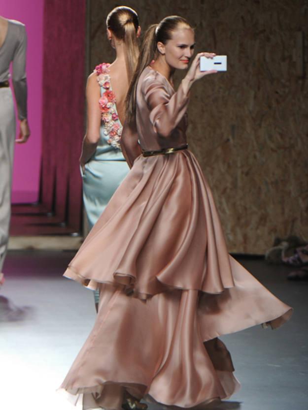 Ha sido imposible dejar de mirar los bellos vestidos que ha creado Duyos