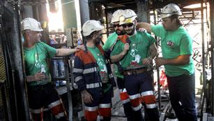 Ver vídeo  'Siete mineros abandonan los encierros después de 50 días y otros diez toman el relevo'