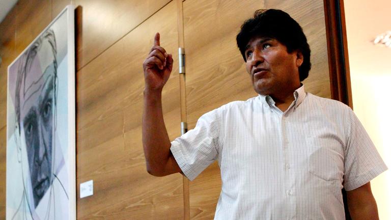Impiden a Evo Morales sobrevolar varios países al creer que viaja con Snowden