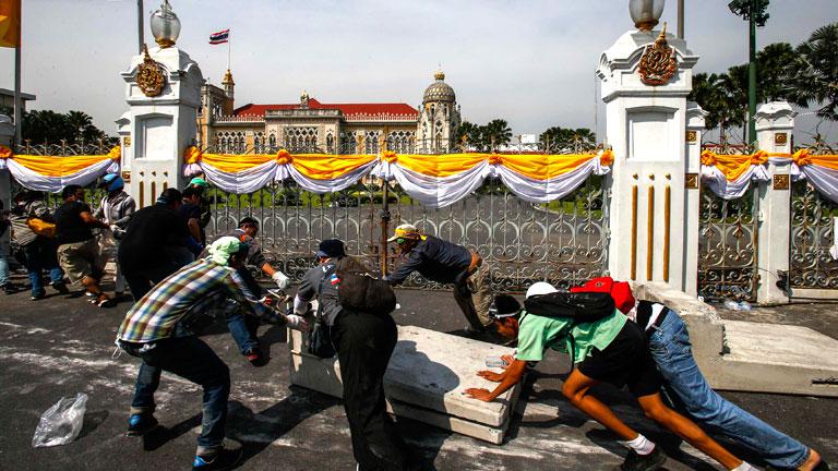 Los manifestantes entran en la sede de la Policía y Casa del Gobierno en Bangkok