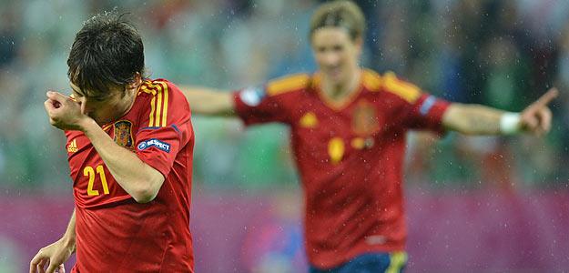 David Silva celebra el segundo gol de España, con Torres al fondo.