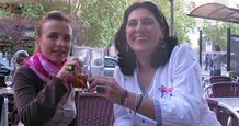 Silvia Ruiz y Chus Lacambra, de la asociación ASCAMMA, brindan por la lucha contra el cáncer de mama.