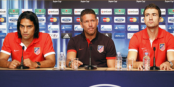 Simeone ofrece una rueda de prensa junto a sus jugadores Radamel Falcao (izq) y Gabi (der) en M&oacute;naco.