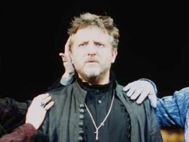 Simon Russel Beale paritcipó en 'Hamlet', la versión cinematográfica del director Kenneth Branagh. Protagoniza, con Weisz y Hiddleton, 'The deep blue sea', la última película de Terence Davies.