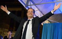 El candidato presidencial por el Partido Socialista Francés, François Hollande, saluda a sus seguidores después de ganar la segunda vuelta a las elecciones