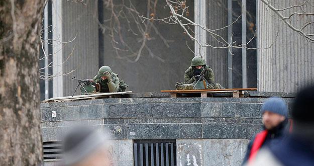 Soldados armados toman posiciones en el Parlamento de Crimea, en Simferopol