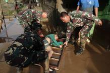 Los soldados filipinos intentan rescatar a un joven.
