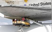 Los trabajadores del Centro Espacial Kennedy se preparan para enganchar la lanzadera Discovery al avión 747 de la NASA que la transportará a su lugar de destino final: el Museo Smithsonian del Aire y el Espacio, en Virginia. Este será pues su último