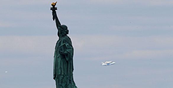El transbordador Enterprise sobrevuela la Estatua de la Libertad antes de aterrizar en el aeropuerto John F. Kennedy.