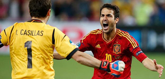 Cesc Fábregas y Casillas celebran el penalti definitivo que dio el pase a España a la final.