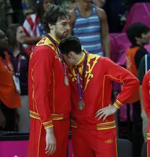 Pau Gasol consuela a su compañero Rudy Fernández durante la ceremonia de entrega de medallas donde España ha quedado en segundo lugar.
