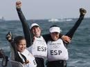 Tamara Echegoyen, Sofia Toro y Angela Pumariega celebran su victoria y el oro olímpico en la categoría Elliot 6m, la tercera medalla de oro para la delegación española.