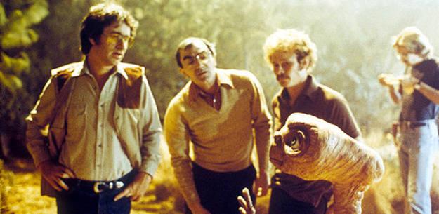Steven Spielberg y Carlo Rambaldi (Centro) durante el rodaje de 'E.T.'