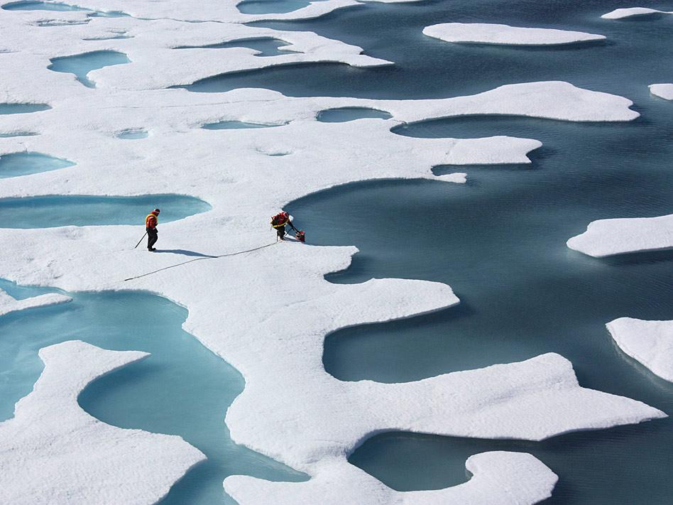 Con sumo cuidado se desplazaron en el mes de julio estos guardacostas estadounidenses en su misión en el oceano ártico. Antes habían aterrizado en paracaídas sobre placas de hielo derretido a causa del inicio del estío.