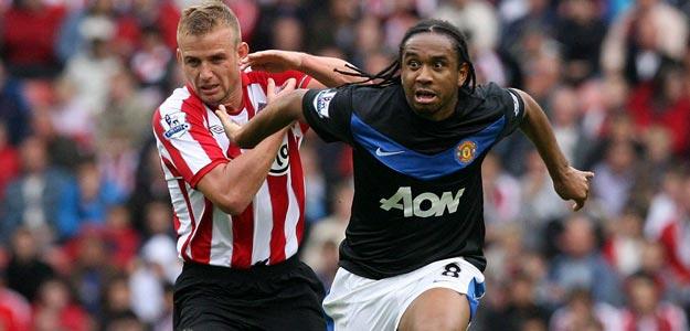 El capitán del Sunderland Lee Cattermole (d) lucha por el balón con Anderson, del Manchester United
