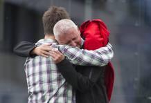 Un superviviente (izqda) de la matanza de la isla se abraza a su padre en Sundvolden.