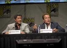 """Sylvester Stallone y Arnold Schwarzenegger durante la presentación de la película """"The Expendables 2"""", en el Comic-Con 2012."""