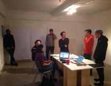 Tadaomi Shiibuya y su equipo preparando la exposición