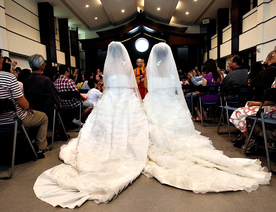 En Taiwán se celebró la primera boda homosexual este verano. Se trató de una ceremonia simbólica entre You Ya-Ting y Huang Mei-yu, una pareja de mujeres de 30 años de edad que llevaban siete años de relación. REUTERS / Pichi Chuang