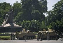Tanques del ejército egipcio estacionados fuera del zoológico de Giza,
