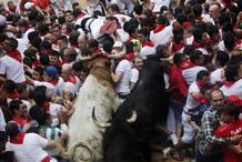 Un tapón humano bloquea la entrada a la plaza de toros durante el séptimo encierro de San Fermines 2013