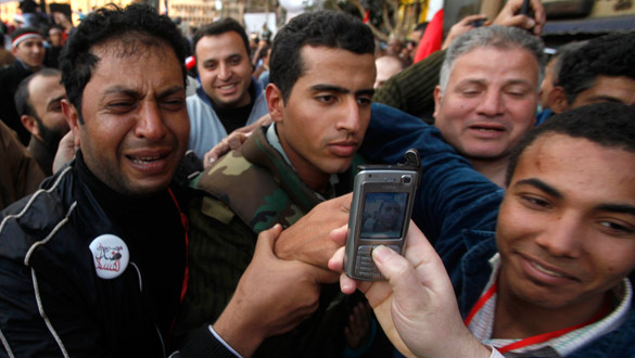 Un manifestante en lágrimas sostiene a un soldado en la plaza de Tahrir.