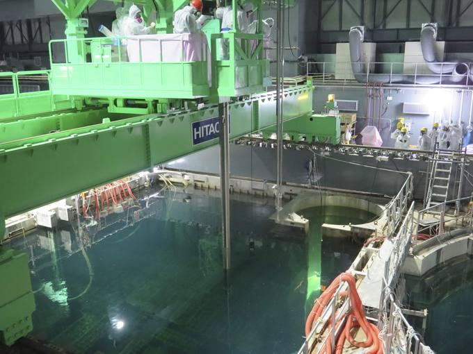 Los técnicos comienzan a retirar las barras del reactor 4. Para ello, una grúa traslada las barras a una barrica de almacenaje seco que posteriormente será trasladada a otra piscina de la central.