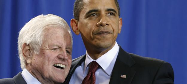 Ted Kennedy y Barack Obama participan juntos en un acto, en abril de 2009.