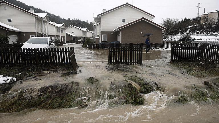 Viento, lluvia, nevadas y peligro de aludes en noreste peninsular y Baleares