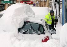 Una calle de Falset con varios coche enterrados por la nieve tras la intensa nevada caída en la zona.