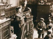 El teniente coronel Tejero durante el asalto al Congreso el 23-F de 1981