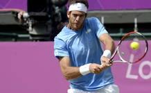 El tenista argentino Juan Martín del Potro devuelve la bola al suizo Roger Federer durante la semifinal olímpica de Londres 2012.