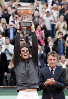 El tenista español Rafa Nadal levanta su séptimo trofeo de Roland Garros tras ganar a Novak Djokovic