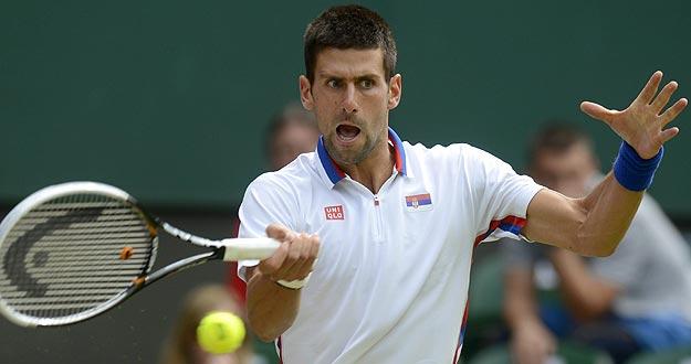 El tenista serbio Novak Djokovic devuelve la bola al australiano Lleyton Hewitt, durante los Juegos Olímpicos de Londres 2012.